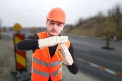 Le travailleur de la construction faisant le temps font des gestes photographie stock
