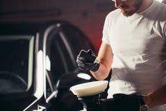 Le travailleur de mécanicien se préparent à la voiture de polissage par la machine d'amortisseur de puissance Photographie stock