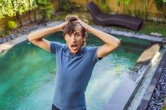 Le travailleur de piscine a fait une erreur en produits chimiques de piscine image libre de droits