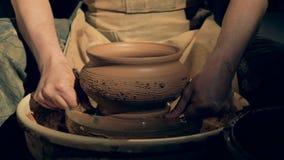 Le travailleur de poterie enlève un vase d'une roue, utilisant une ligne spéciale banque de vidéos