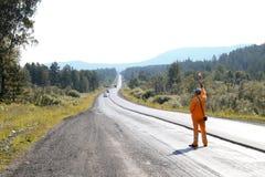 Le travailleur de route arrête la voiture Photographie stock