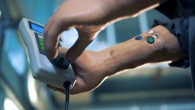 Le travailleur de sexe masculin manoeuvre un ` s de fraiseuse à télécommande avec ses mains prosthétiques banque de vidéos
