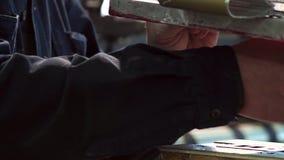 Le travailleur de sexe masculin non identifié d'impression peint un petit clips vidéos
