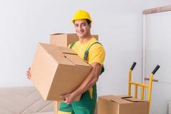 Le travailleur de transport livrant des boîtes à la maison Photographie stock