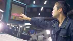 Le travailleur de typographie dactylographie sur un moniteur, fin  banque de vidéos