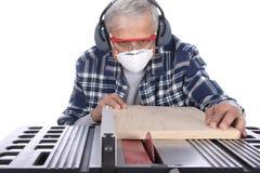 Le travailleur du bois employant un Tableau a vu Photo stock
