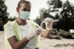 Le travailleur du sentiment sanitaire de service a touché à vérifier le niveau de contamination de l'eau photographie stock