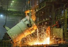 Le travailleur en acier prélève un échantillon d'à fonte Photos stock