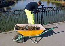 Le travailleur enlevant le fer padlocks avec un marteau et un burin Photographie stock libre de droits