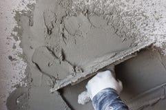 Le travailleur exécute le plâtre interne Image stock
