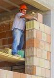 Le travailleur exécute un mur externe de maçon Photo libre de droits
