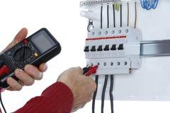 Le travailleur examine un circuit image stock