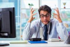 Le travailleur fâché malheureux de centre d'appels frustré avec la charge de travail image libre de droits