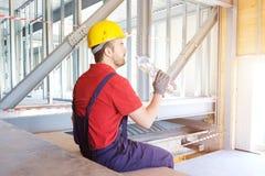 Le travailleur fatigué sur le chantier a une coupure Photos stock