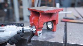 Le travailleur fore et alèse le blanc en métal à la fabrication, au métal traitant, aux usines et aux usines des métaux ouvrés banque de vidéos