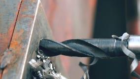 Le travailleur fore un trou dans un objet en métal par la foreuse magnétique clips vidéos