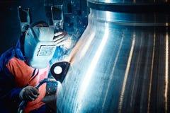 Le travailleur industriel à l'usine fait la soudure images libres de droits