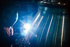Le travailleur industriel à l'usine fait la soudure image libre de droits