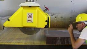 Le travailleur inspectent la machine pour assurer la coupe en pierre banque de vidéos