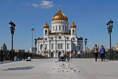 Le travailleur monte l'illumination sur le pont du ` s de patriarche devant la cathédrale du Christ le sauveur à Moscou photos libres de droits