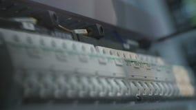 Le travailleur opère le panneau électronique dans la production de Cabinet banque de vidéos