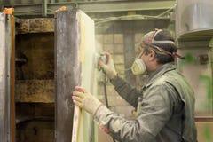 Le travailleur polit la couche d'amorce Travaillez à la préparation du lit de machine pour la peinture suivante Images libres de droits