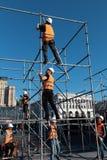 Le travailleur prépare le panneau d'affichage à installer la nouvelle publicité images libres de droits