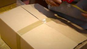 Le travailleur préparent la boîte de paquet pour l'expédition clips vidéos