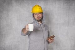 Le travailleur propose le café photographie stock