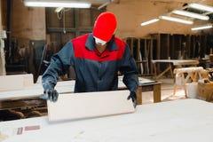 Le travailleur rectifie les pièces de porte photos libres de droits