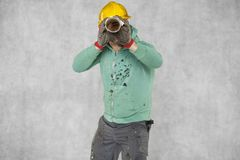 Le travailleur regarde par le plan de construction Images libres de droits