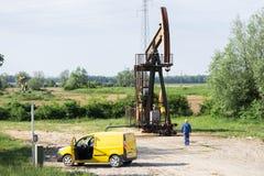 Le travailleur sert une plate-forme pétrolière Photos stock