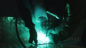 Le travailleur soude l'acier avec le laser vert banque de vidéos