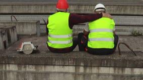 Le travailleur soulage l'ami pleurant clips vidéos
