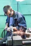 Le travailleur supérieur rectifie le détail Photo stock