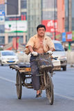 Le travailleur sur des trois rouillés a roulé le vélo de fret, Pékin, Chine Photos stock