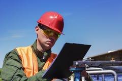 Le travailleur surveille la filtration de l'eau photographie stock libre de droits