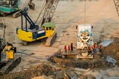 Le travailleur surveillent des plates-formes de forage sur la terre Photographie stock libre de droits