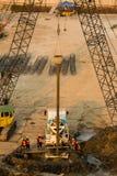 Le travailleur surveillent des plates-formes de forage sur la terre Photo libre de droits