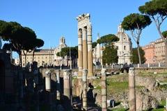 Le tre colonne famose del forum romano in una fila immagini stock