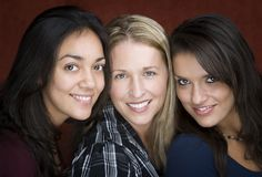 le tre kvinnor fotografering för bildbyråer