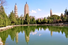 Lo stagno di riflessione che riflette l'immagine delle tre pagode Fotografia Stock