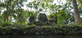 Le tre scimmie saggie, una scultura mistica di tre scimmie fotografia stock libera da diritti