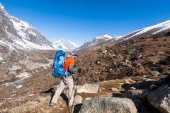Le Trekker approchant la La de Renjo transmettent une manière au camp de base d'Everest Photo stock