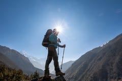 Le Trekker approchant la La de Renjo transmettent une manière au camp de base d'Everest Photos stock