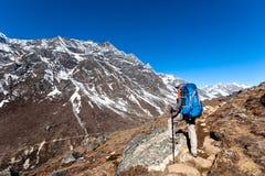 Le Trekker approchant la La de Renjo transmettent une manière au camp de base d'Everest Images stock