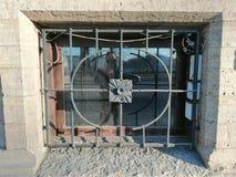 le trellis avec un modèle d'une cave et d'une réflexion photos libres de droits