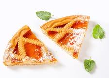 Le trellis a complété la tarte d'abricot images stock
