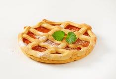 Le trellis a complété le crostata de tarte de fruit image stock