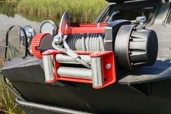 Le treuil électrique moderne augmente la perméabilité du véhicule en état des routes difficile Photos libres de droits
